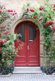 Doors are a way to show the character of each city. Door Entryway, Entrance Doors, Doorway, Cool Doors, Unique Doors, Garden Doors, Garden Gates, Front Door Colors, Door Knockers