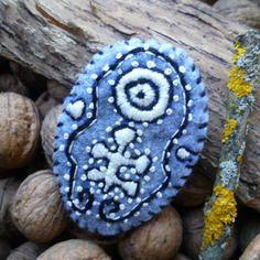 Broche créateur brodée aborigène, feutrine grise broderie noire et blanche à la manière de l'art australien
