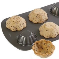 Cookie bowl - Place the cookie dough in an upside mold to create great little edible cookie bowls for your ice-cream treats. Cookies Cupcake, Cupcake Pans, Edible Cookies, Yummy Cookies, Dessert Dips, Fun Desserts, Dessert Recipes, Ice Cream Treats, Ice Cream Cookies