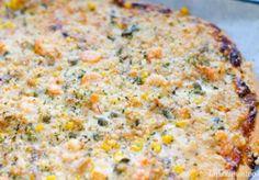 Para armar la masa, mezclar el atún con dos claras de huevo. Revolver y batir con la batidora. Agregar orégano a gusto. Cubrir la bandeja del horno con papel de mantequilla.