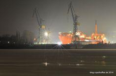 Ein Teppich aus Eisschollen treibt zwischen den Landungsbrücken und den Docks auf Steinwerder die Elbe hinunter. #Hafen #Hamburg #Dock