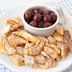 Met dit recept maak je de lekkerste en luchtigste kaiserschmarrn met warme kersen. Perfect voor het ontbijt of als lunch.
