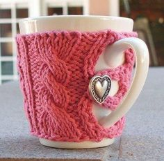 I A pink heart mug sweater! Any of my knitting or crochet friends want to make me one? I do good to make a granny square when I crochet. Knitting Projects, Crochet Projects, Knitting Patterns, Craft Projects, Crochet Patterns, Mug Cozy, Coffee Cozy, Coffee Time, Coffee Mugs