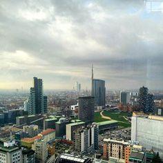 Till the clouds...  Fino alle nuvole... C'è una zona di Milano che se la guardi bene pare di essere un po' a Shanghai o forse a New York. Grattacieli brillanti che salgono fino al cielo e vanno a fare il solletico alle nuvole in un giorno di pioggia.