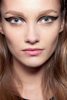 Pat McGrath is the go-to catwalk makeup guru, and we rounded up her best runway beauty looks. Eye Makeup Cut Crease, Cat Eye Makeup, Skin Makeup, Eyeliner Makeup, Eyeliner Ideas, Eyeliner Hacks, Eyeliner Tutorial, Pencil Eyeliner, Runway Makeup