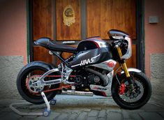 Wow! Awesome Buell Lightning XB12SS #CafeRacer by Greaser Garage. Tremenda esta #Buell con un diseño que combina toques sport y clásicos. Mira el frontal que guapo | caferacerpasion.com
