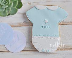 Galleta decorada de body o traje de bebé  para bautizo de niño!! Galletas originales y personalizadas para bebés decoradas en fontant y con un packaging bonito!!