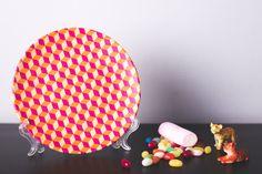 Plato de cerámica decorativo. Motivo geométrico.  Hecho a mano
