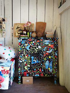 – IKEA Textiles en el desván! Divertido e inspirador es cambiar y conjurar un lugar completamente nuevo con la tela! No cuesta mucho, es fácil y se hace una gran diferencia.Trate de vestir un armario de tela en vez de pintarlo, el resultado exitoso está garantizado! Un proyecto más pequeño es dar a las patas de la mesa algunos de los nuevos calcetines de otoño. Y lo más simple es, un montón de almohadas en hermosos diseños y colores que capturan el alma y la expresión de la habitación.