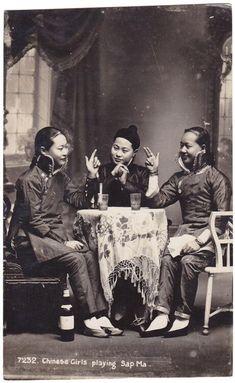 1920年の中国で撮影された写真。 着ている旗袍は1920年代に流行した高さのある「元宝襟」。 馬蹄形の貨幣「銀元宝」に似ていることからそう呼ばれた。