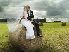 Seid ihr unschlüssig, welche Foto Requisiten für die Hochzeit passen? - Dann lasst euch von diesen 10 außergewöhnlichen Ideen für eure Fotos inspirieren!