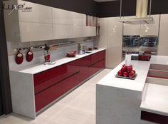 Proyecto de cocina Luxe by Alvic en alto brillo. Puerta con tirador integrado FingerPull de Alvic.