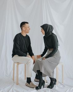 Prewedding photo inspiration with this simple and casual look! We love how they look so fun and great together 💕 So much fun in one… Pre Wedding Poses, Pre Wedding Shoot Ideas, Pre Wedding Photoshoot, Photoshoot Ideas, Wedding Inspiration, Studio Portrait Photography, Couple Photography Poses, Prewedding Photo, Prewedding Hijab