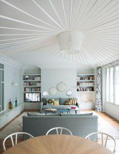 Le lumineux salon associe les teintes subtiles et les matières douces. Plus de photos sur Côté Maison http://bit.ly/1LfoR79