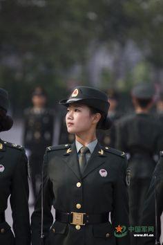 中国军方揭秘女仪仗兵幕后艰苦训练(高清组图) - 军事动态 - 倍可亲