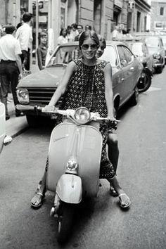 Romina Power a cavallo di una vespa 1965