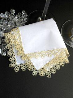 白いすずらん刺繍のハンカチ:約24.5x24.5cm Ttting lace タティングレースの縁飾りの幅:2cm強 使用糸はDMCの80号(極細糸)、色... ハンドメイド、手作り、手仕事品の通販・販売・購入ならCreema。