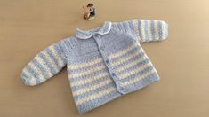 Crochet Designs Como hacer en crochet o ganchillo una chaqueta, chambrita, batita, saquito o campera para bebés de 0 y 1 mes de edad en punto arroz, combinando dos colores. Crochet Baby Jacket, Crochet Coat, Black Crochet Dress, Crochet Shirt, Crochet Baby Clothes, Knit Cardigan Pattern, Crochet Cardigan, Crochet For Boys, Easy Crochet