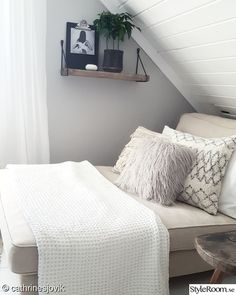 For the love of interior - Hemma hos cathrinesjovik Room Goals, Floating Nightstand, Bedroom, Storage, Table, Furniture, Home Decor, Halloween, Rome