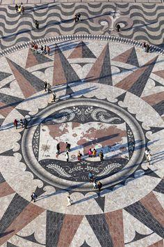 La rosa de los vientos de Lisboa, un regalo de Sudáfrica  Via Condé Nast Traveler España   La rosa de los vientos que decora las inmediaciones del Padrão dos Descubrimentos fue un regalo de la República de Sudáfrica, que le encargó el diseño al arquitecto Cristino da Silva. Éste ideó un mapamundi gigante de 14 metros realizado con mármoles de distintos tipos, donde ubicar unas carabelas que marcaran las distintas rutas que recorrieron los portugueses en sus viajes por el globo.  #Portugal