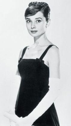 Audrey Hepburn photographed by Richard Avedon Audrey Hepburn Black Dress, Audrey Hepburn Pictures, Audrey Hepburn Mode, Hollywood Actresses, Old Hollywood, Hollywood Style, Classic Actresses, Hollywood Icons, Divas