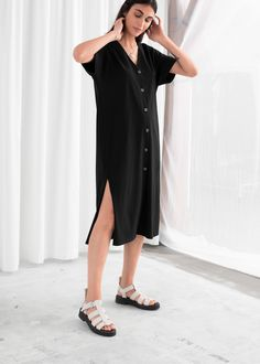 asdgk Linen Blend Relaxed Midi Dress - Schwarz - Midi Kleider - & Other Stories Tips For Buying Satin Midi Dress, Black Midi Dress, Midi Dresses, Sustainable Clothing, Sexy Stockings, Fashion Story, Personal Style, Short Sleeve Dresses, Summer Dresses