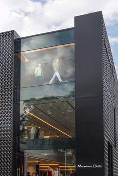 """패치워크 패턴으로 외관을 둘러싼 3층 건물은 멕시코 패션 브랜드인 Massimo Dutti의 부티크이다. """"도시적인 퀄리티로 끌어올리자""""는 계획하에 최근 몇년 간 리노베이션이 진행되었던 멕시코 도심 구역에 Sordo Madaleno Architects 의 지휘 아래 설계된 이 건물은 기존의 콘크리트와 스틸 건물을 변형시켜 만들었다. 심플한 선과 자재의 순수성, 그리고 시간을 초월하는 공간이 더해져 모두의 이목을 끌 수 있는 건물로 재탄생.."""