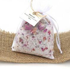 Das klassische Rosenbadesalz mit getrockneten Blütenblättern.