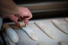 Ook het insnijden van de baguettes doen we op de Franse manier.