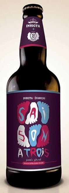 Cerveja Saison à Trois, estilo Saison / Farmhouse, produzida por Cervejaria Invicta, Brasil. 5.8% ABV de álcool.
