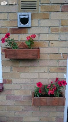 #Garden, #Painted, #PalletBox, #ReclaimedPallet I made a variety of Pallet Wall Planters. These are easy and fun to make, as well as attractive! All of these only took one pallet and about an hour to build.  How to build your own Pallet Wall Planters: I started with a basic box shape, with