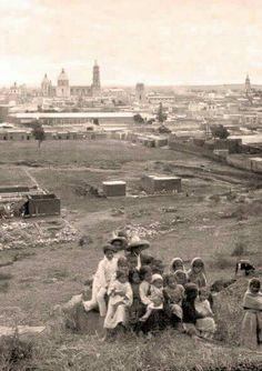 Panorámica tomada en el año de 1912 desde la colonia Bella Vista, a lo lejos se aprecia la Catedral Basílica, y el Templo del Inmaculado.  Vía México del Recuerdo.