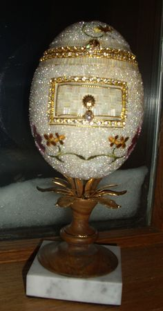 rhea egg jewelry box with drawer. All beaded, created by Linda Asbell