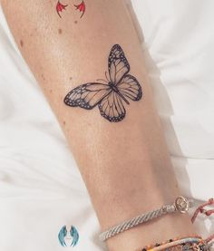 "Carla R. auf Instagram: ""Ein Monarchfalter für die schöne Jessica in Erinnerung an ...   - Tattoo #tattoos #meaningful tattoos #tattoos for women<br> Monarch Butterfly Tattoo, Butterfly Tattoos For Women, Butterfly Tattoo Designs, Small Tattoo Designs, Tattoos For Women Small, Small Tattoos, Cool Tattoos, Butterfly Wrist Tattoo, Butterfly Design"