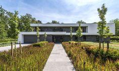 CO – Schellen Architecten Garage Doors, Sidewalk, Villa, New Homes, Country Roads, House Design, Outdoor Decor, Home Decor, House Ideas