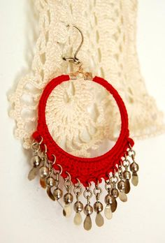 Syrian Loops crochet earrings pattern and tutorial by Olivia Munroe, available on Un Jardin de Hilo