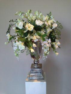 Bruidsboeketten om bruiloften, huwelijken, trouwerijen mee aan te kleden. Zijden Bloemstuk Petunia huren voor bruiloften of evenementen. Bloemstukservice.nl