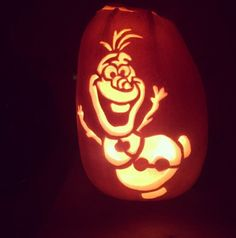 12 Frozen Pumpkin Ideas Worth Melting For Olaf Carving This happy pumpkin totally nails the Olaf look. Frozen Pumpkin Carving, Elsa Pumpkin, Cute Pumpkin Carving, Pumpkin Painting, Scary Pumpkin, Disney Halloween, Halloween 2020, Halloween Costumes, Halloween Labels
