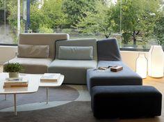 Canapé « Confluences », en Alcantara, H 34/85 x L 250 x P 158 cm, 4 173 €, pouf, 561 €, design Philippe Nigro. Table « Patch » et lampes « Somerset ». Le tout, Ligne Roset .