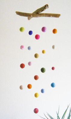 Bois flotté et coloré était boules Mobile fait main par FeelFeltFelt.
