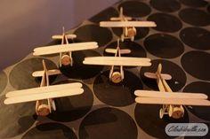 Faire de petits avions pour un mobile sur le thème de l'air (avec les montgolfières ?):