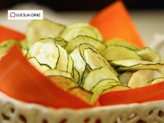 Esse chips detox de abobrinha tem só 39 kcal, é nutritivo, ajuda a controlar o apetite e entrar em forma. Veja a receita e como é fácil fazer: http://goo.gl/1iUA4j