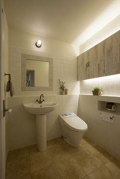 ペデスタルタイプの洗面化粧台とタンクレストイレの組み合わせ。フレンチシャビーな空間です。|タイル|インテリア|おしゃれ|ライト|モデルハウス|