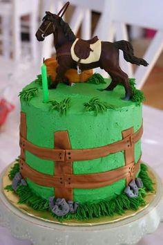 Pastel con caballo en su potrero