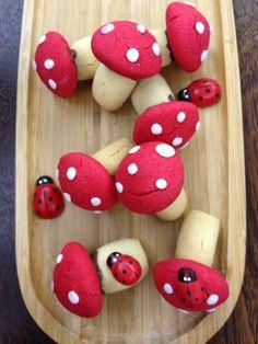 Bu kurabiyeye bayılacaksınız.Görüntüsü çizgi filmlerdeki mantarlara benziyor.İnstagramda yayınladığımda çok ilgi çekti ve beğeni aldı.Hemen ... Galletas Cookies, Cake Cookies, Baby Food Recipes, Dessert Recipes, Fairy Food, Sugar Dough, Kawaii Bento, Food Art For Kids, Cupcakes