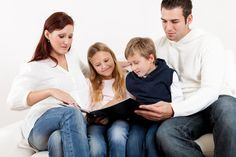 Die Möglichkeiten, um den perfekten Schnappschuss zu machen, sind seit der Erfindung der Smartphones nahezu unerschöpflich. Aber die meisten Bilder verrotten auf Festplatten oder anderen Speichermedien. Die Gefahr besteht, dass diese digitalen Schätze mit den Jahren verloren gehen. Unser Plädoyer für das gute altes Fotoalbum - oder ein tolles Fotobuch - soll eure Kinder und Enkel davor bewahren, später mit leeren Händen vor der Familiengeschichte einknicken zu müssen.