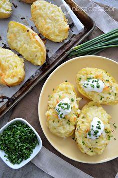 Fácil receta para preparar papa al horno rellena. Quedan deliciosas, son fáciles de preparar y a todos les encanta esta receta, pruébala!