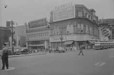Cette photographie réalisée en 1949 permet de visualiser les transformations apportées à l'édifice du YMCA dans la foulée du départ de l'organisation de bienfaisance et del'implantation du Cinéma de Paris (Boulevard Charest [?]- d'Youville Square, William B. Edwards, juillet 1949, BAC, fonds non spécifié, MIKAN no 3330322)