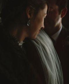 zij richting licht en hij hoofd tegen haar. close-up binnen bij regen of donkere ruimte