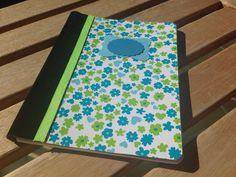 Cuaderno forrado con terciopelo adhesivo y papel decorado.